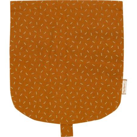Flap of small shoulder bag caramel golden straw